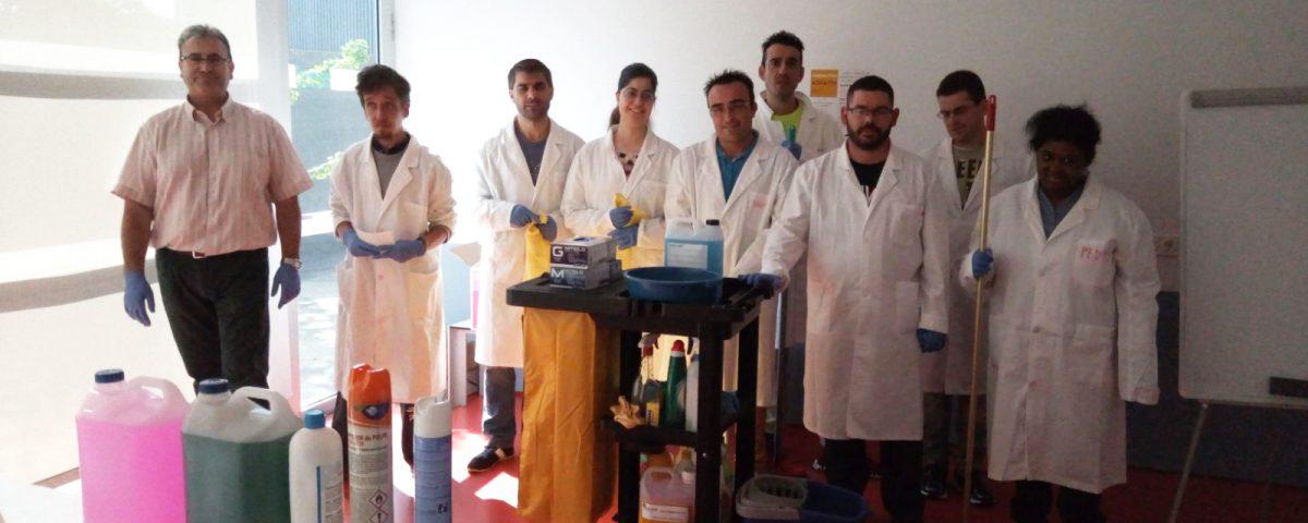 Los asistentes al curso con el profesor que lo imparte y varios productos de limpieza que están aprendiendo a usar.