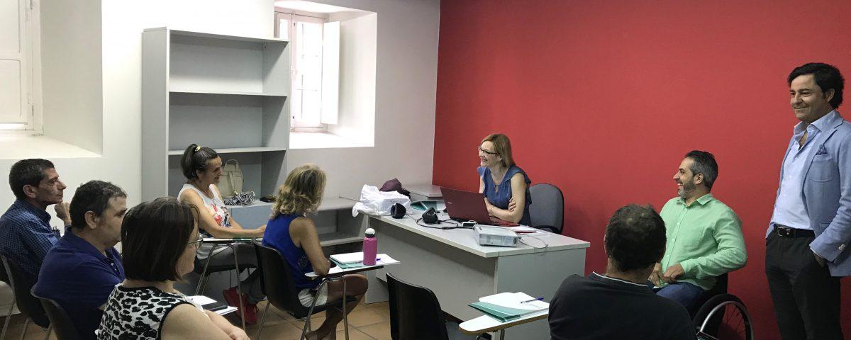Alumnos asisten al curso de Conserje/ Ordenanza