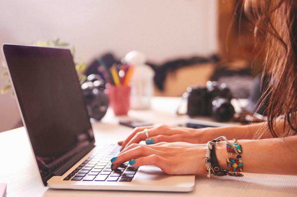 Persona buscando información en el ordenador portátil.